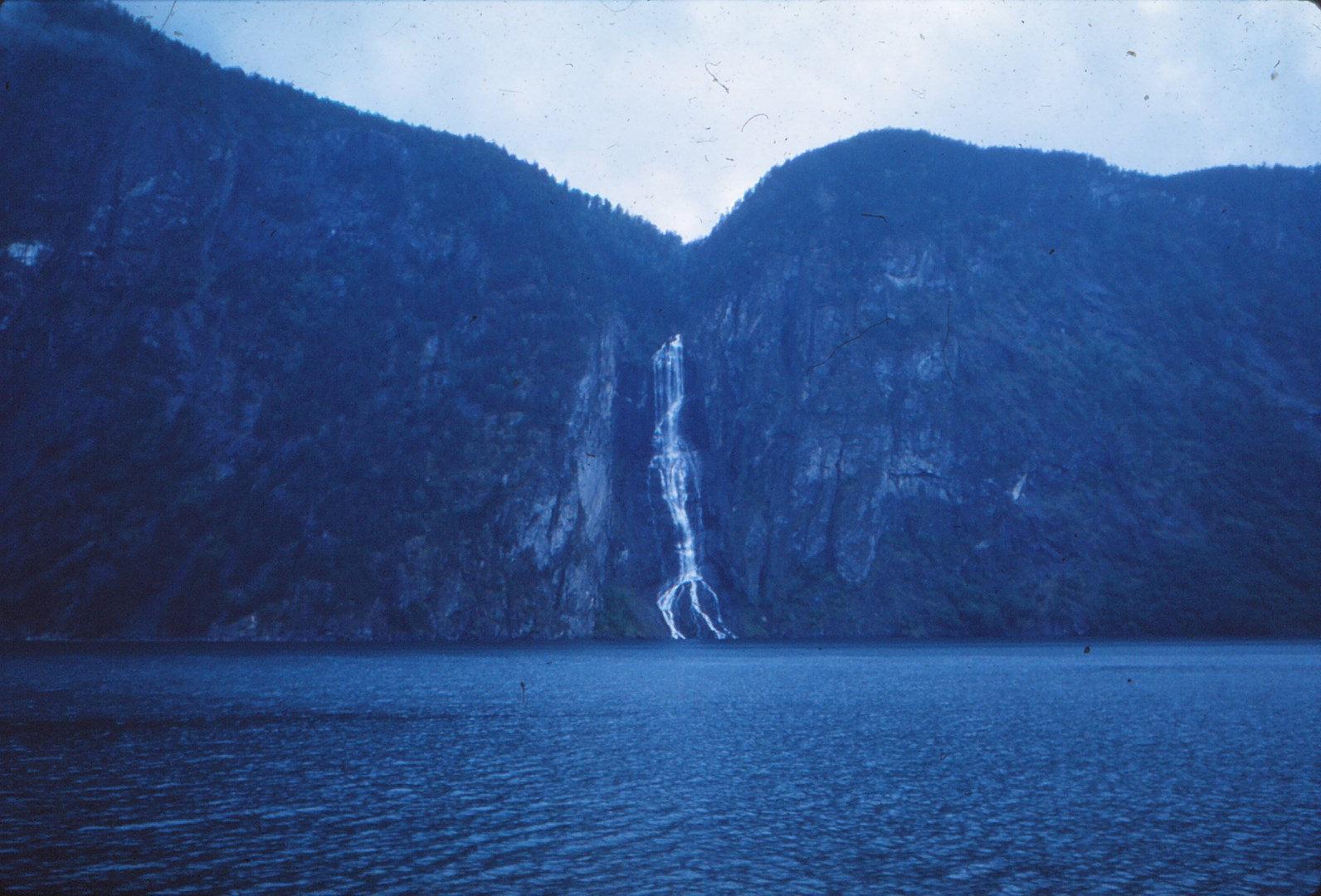 1180 (30) Hangend dal W. oever Aurlandsfjord