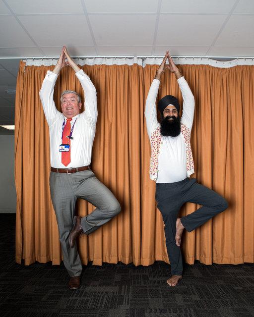 VPRO gids / een sikh en een priester op Heathrow Airport