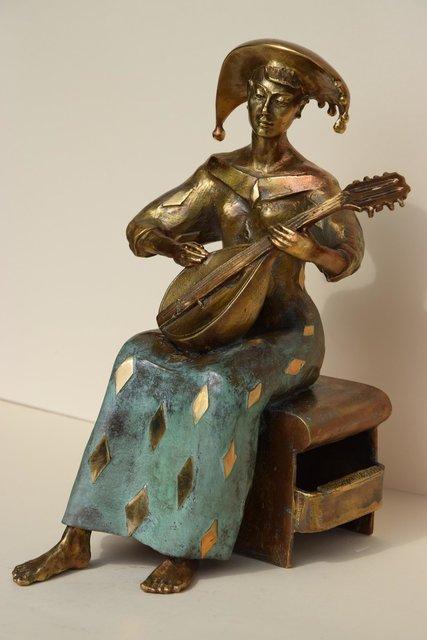 Dziewczyna z mandoliną 25x17x18 brąz