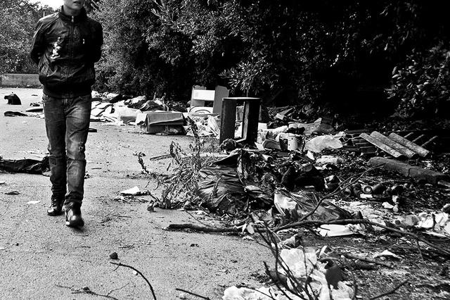Un bambino del parco Verde seguito dall'associazione Un Infanzia da Vivere passeggia accanto ad disc
