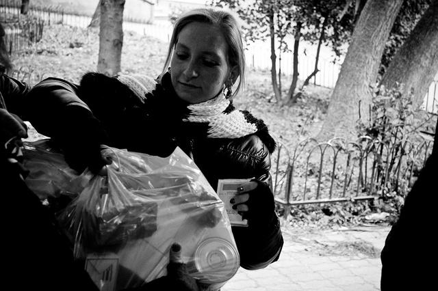 Un momento della distribuzione dei pacchi alimentari