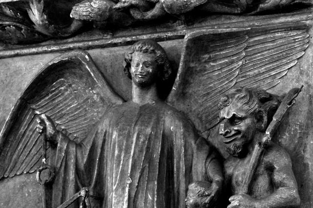 La pesée des âmes, bas-relief en pierre