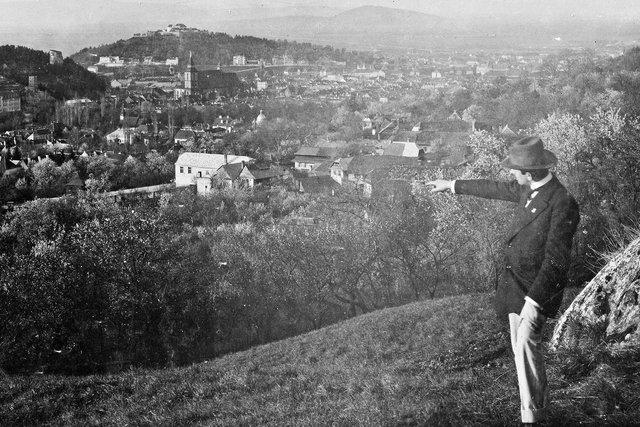 opa in de voorgrond met Brasov (transylvanië) in de achtergrond