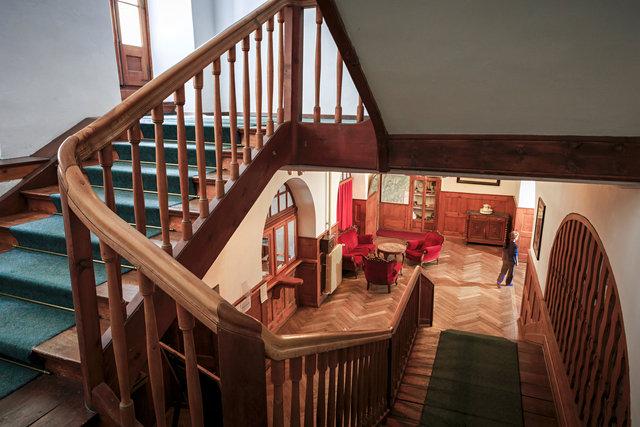 Trappenhuis naar receptie en lobby