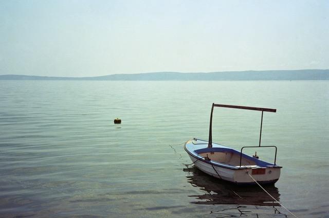Barco azul ancorado