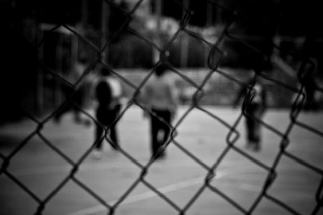 alcuni bambini giocano nei campetti abbandonati del parco