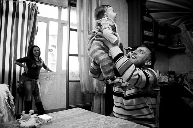 Bruno, il fondatore dell'associazione un Infanzia da vivere con suo figlio e la compagna.