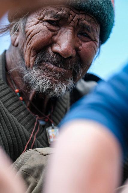 Wehleidig und hilflos beobachtet Padmas Großvater die Arbeit von Marlene und Hamida. Das Gesicht gezeichnet vom harten Leben im Himalaya.