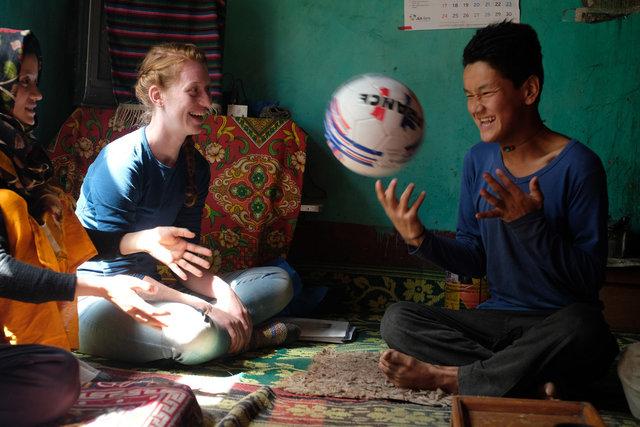 Sichtbare Freude als Paksang ein Fussball geschenkt wird.