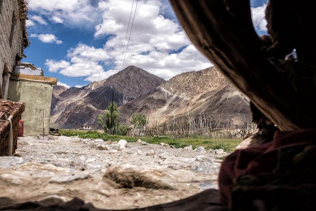 Ausblick aus Padmas Holzverschlag auf die Berge des Himalaya.