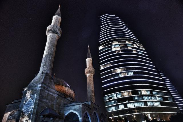 Moschee und Flame Towers in Baku
