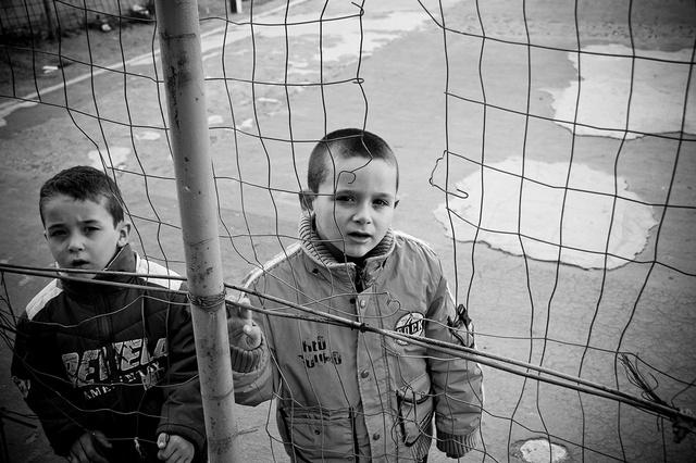 Due bambini che frequentano le atività dell'associazione Un Infanzia da Vivere