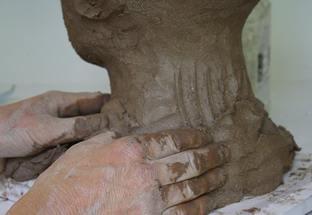 NECKI EXSTENSION build up back and chest hfour fingers stroking on clay.jpg