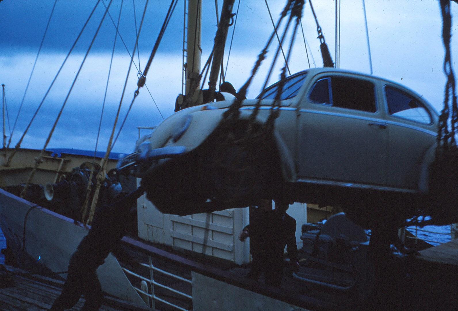 914 (26) Auto laden bij Russenes