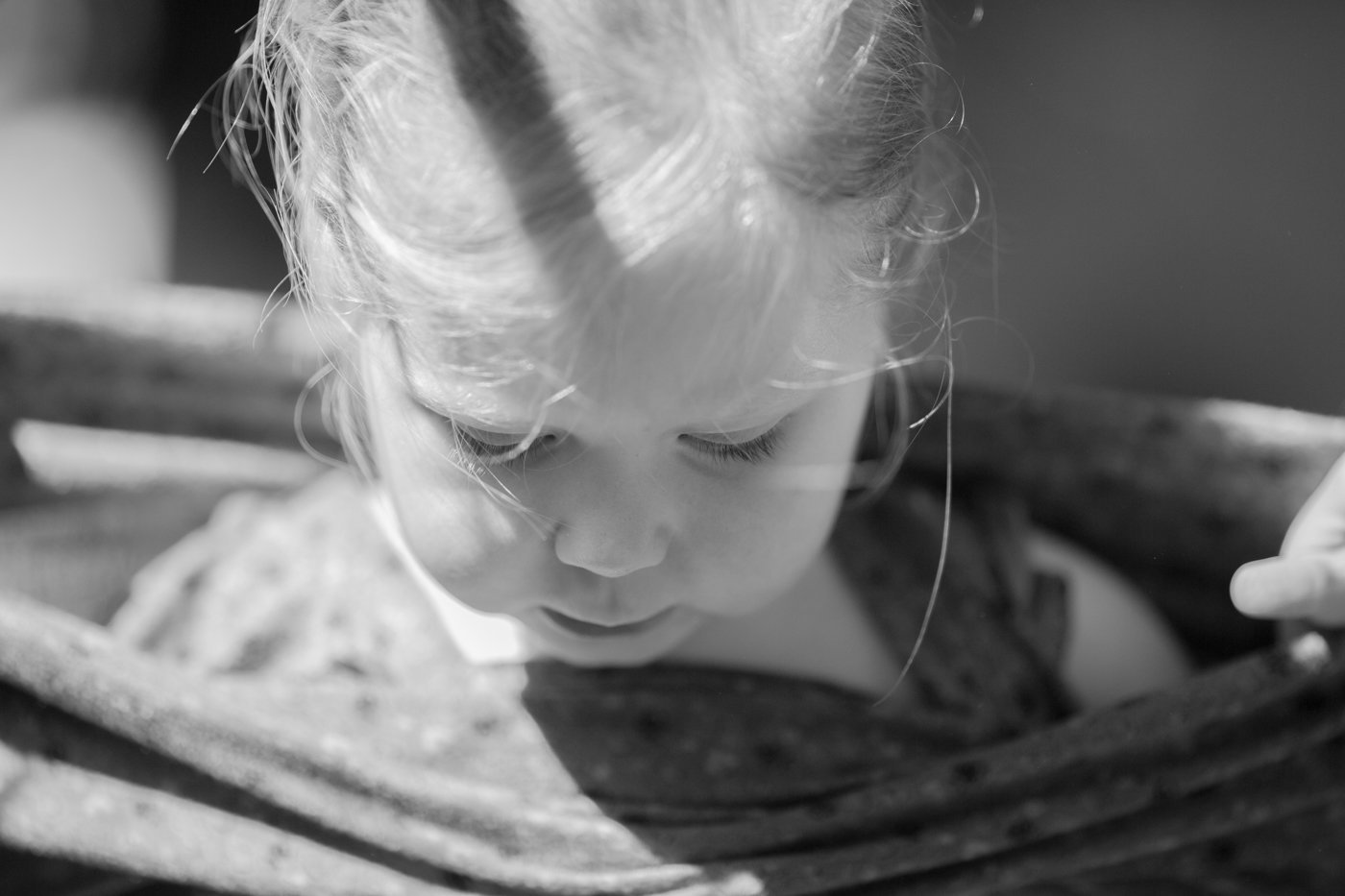 foto jong kind met jurk - © Janneke Walter, kinderfotograaf omgeving Utrecht