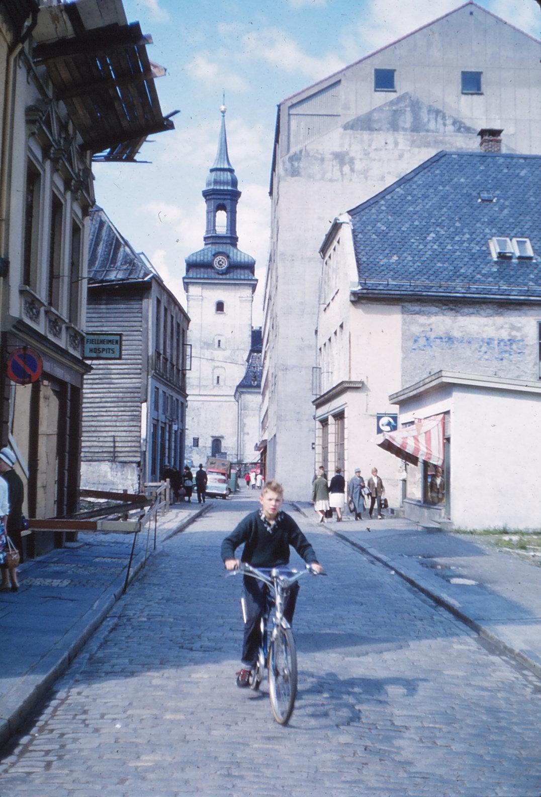 1219 (30) Jongen op fiets