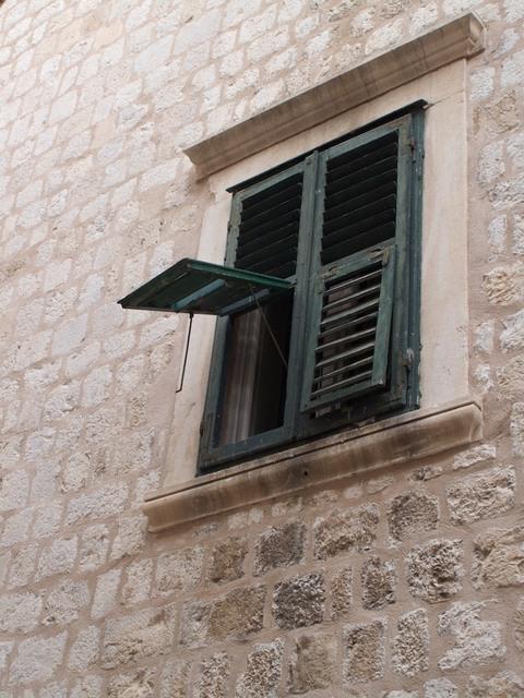Fachada com janela verde