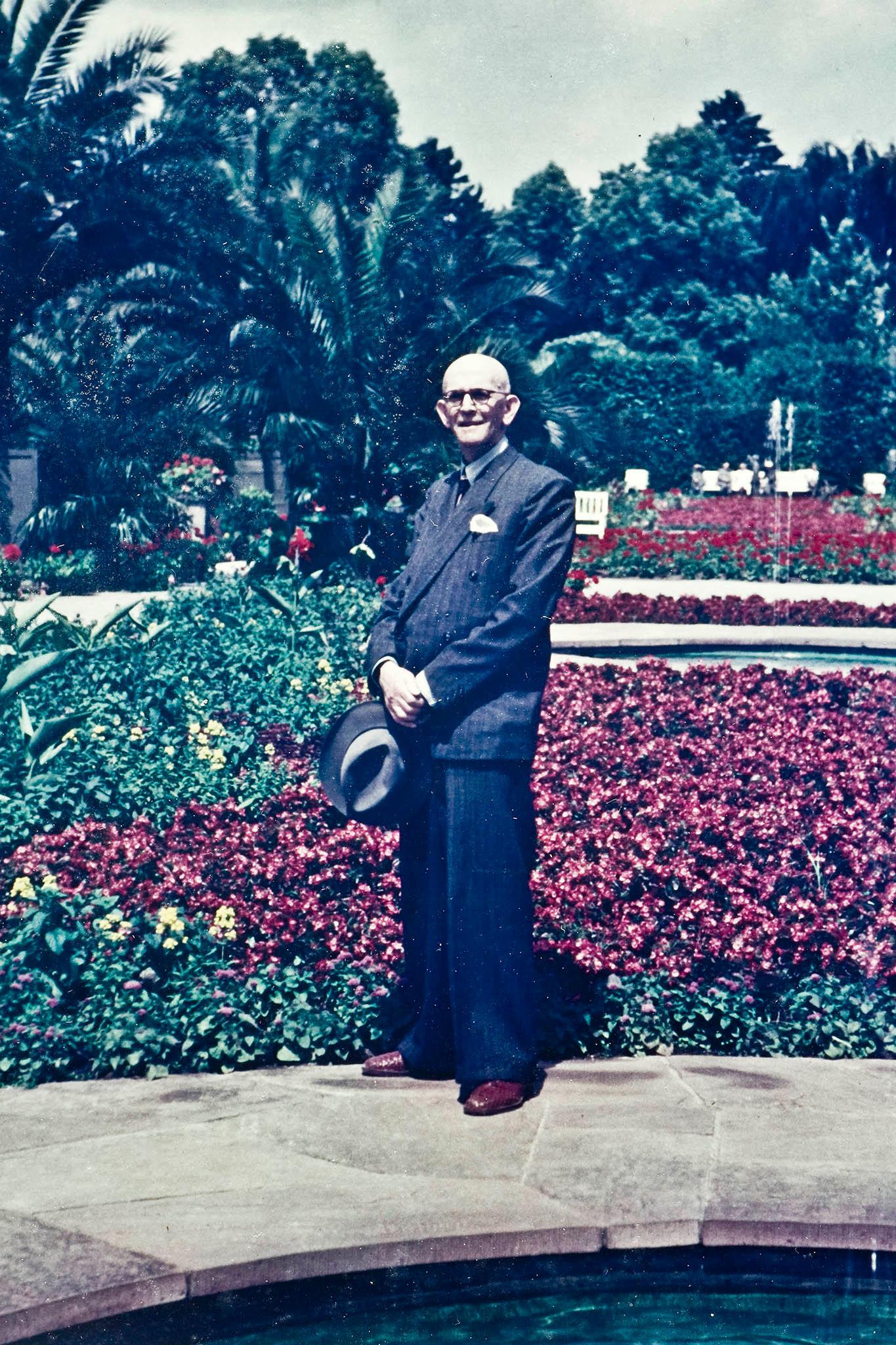 een van de eerste kleurenfoto's. Opa op zijn best.