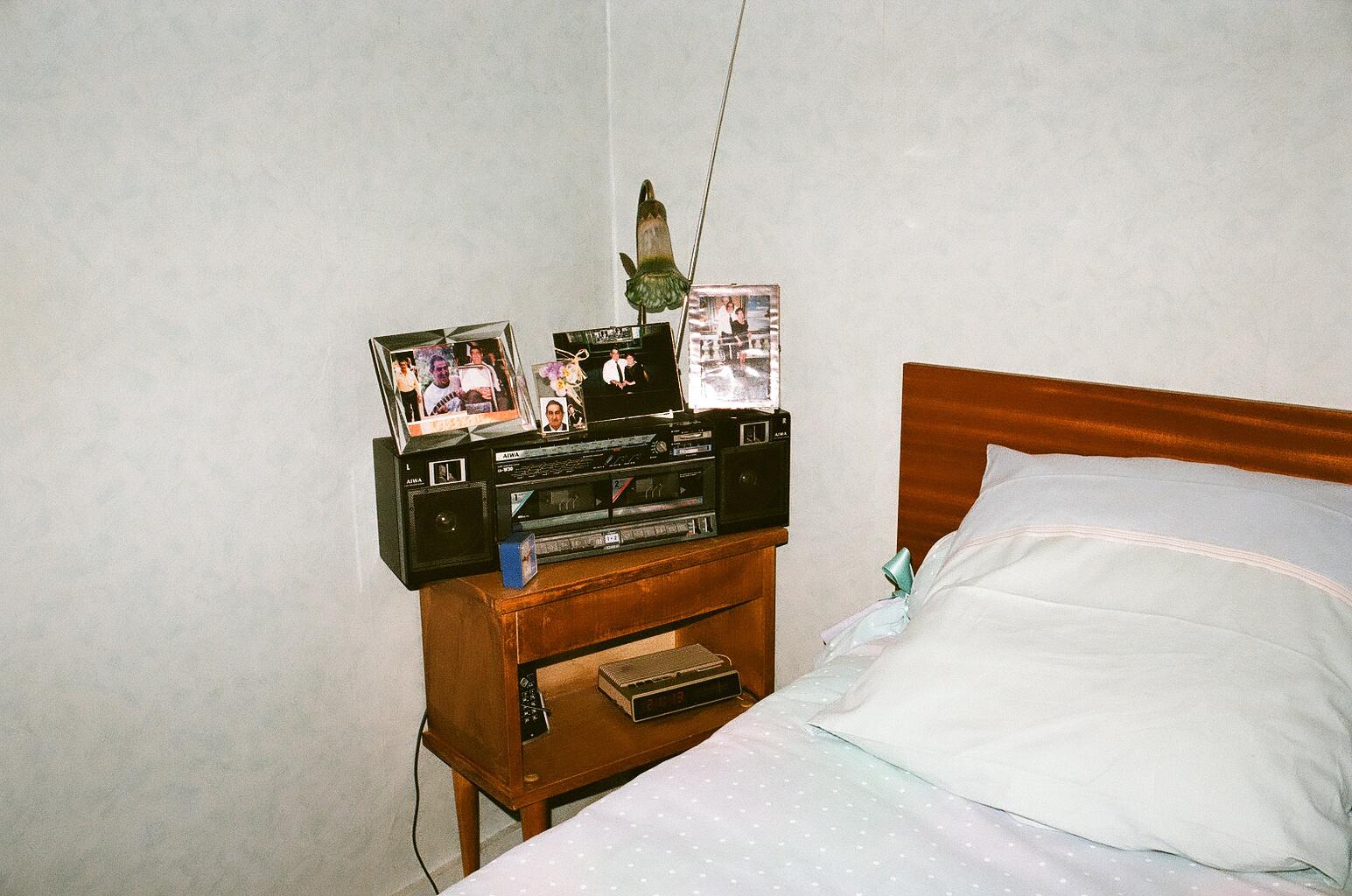 21_près du lit, chez mamie.jpg