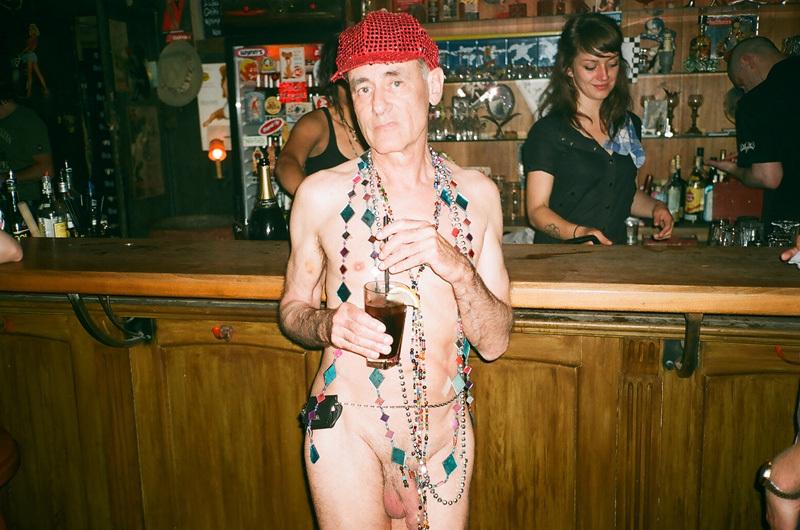vieux au bar - casquette et colliers.jpg