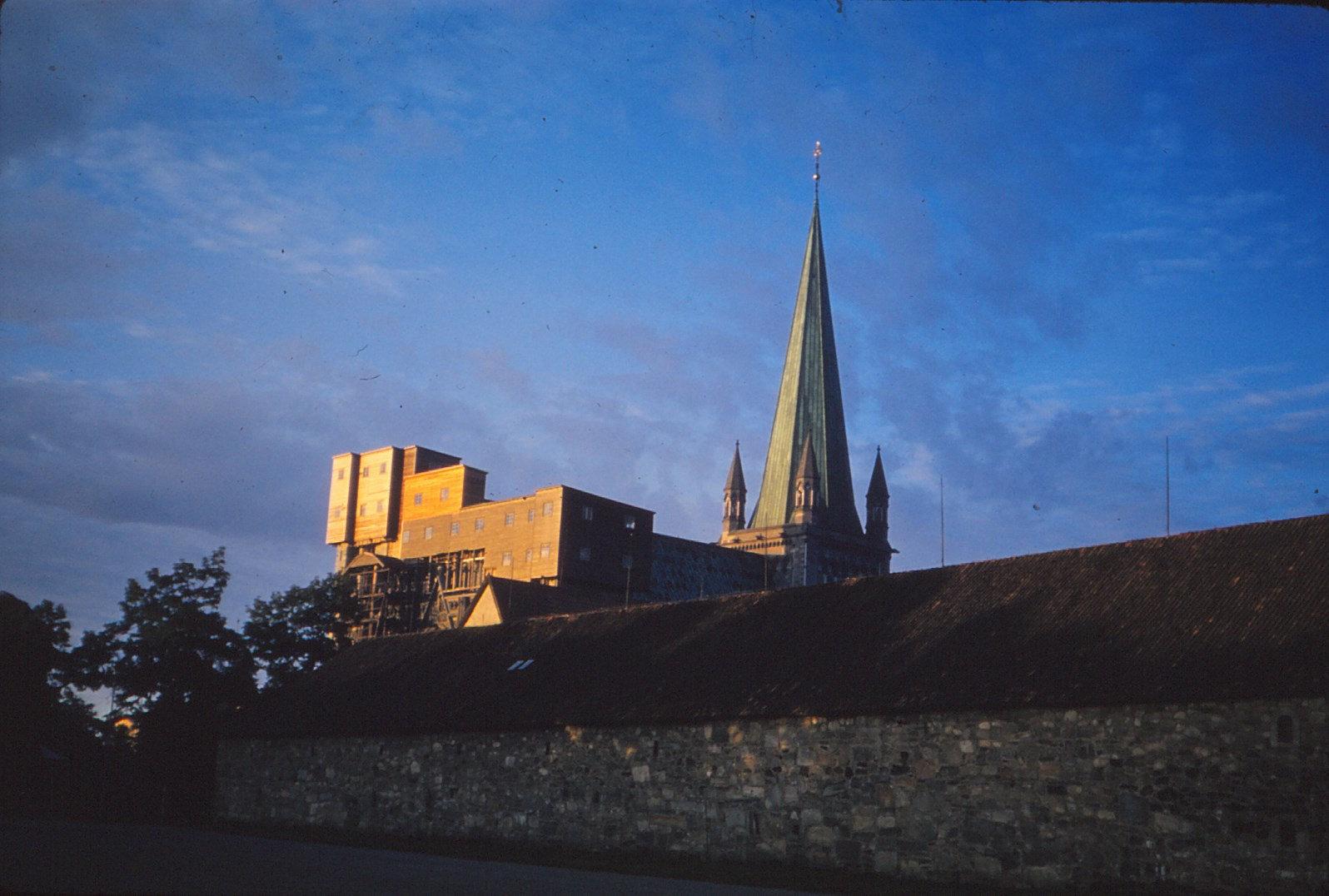 1156 (6) Kathedraal van Trondheim in avondzon