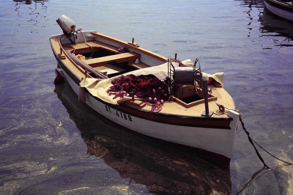 Barco amarelo ancorado