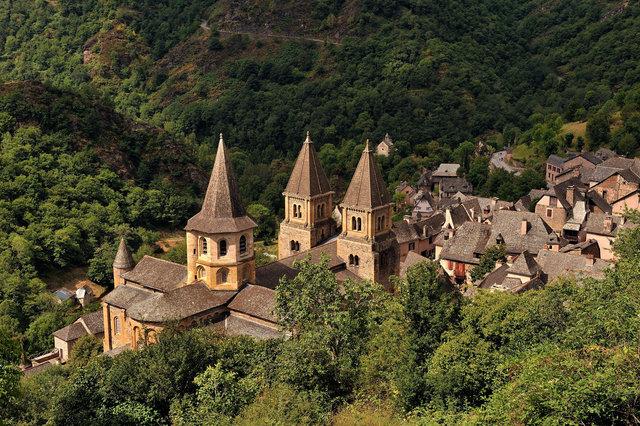 Le village et l'abbatiale de Conques en Aveyron