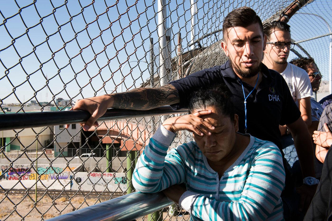 Una delle donne richiedenti asilo in attesa di responso per ingresso negli USA_Paso del Norte Port Entry_El Paso_DSC6250.jpg
