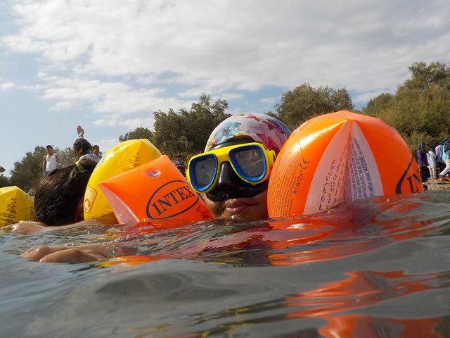 Lesbo_Lezioni di nuoto a bambini rifugiati_1