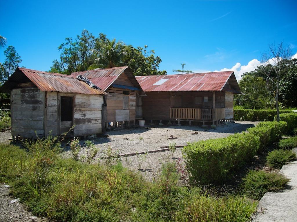 Casa em estilo palafita no vilarejo de Silabu
