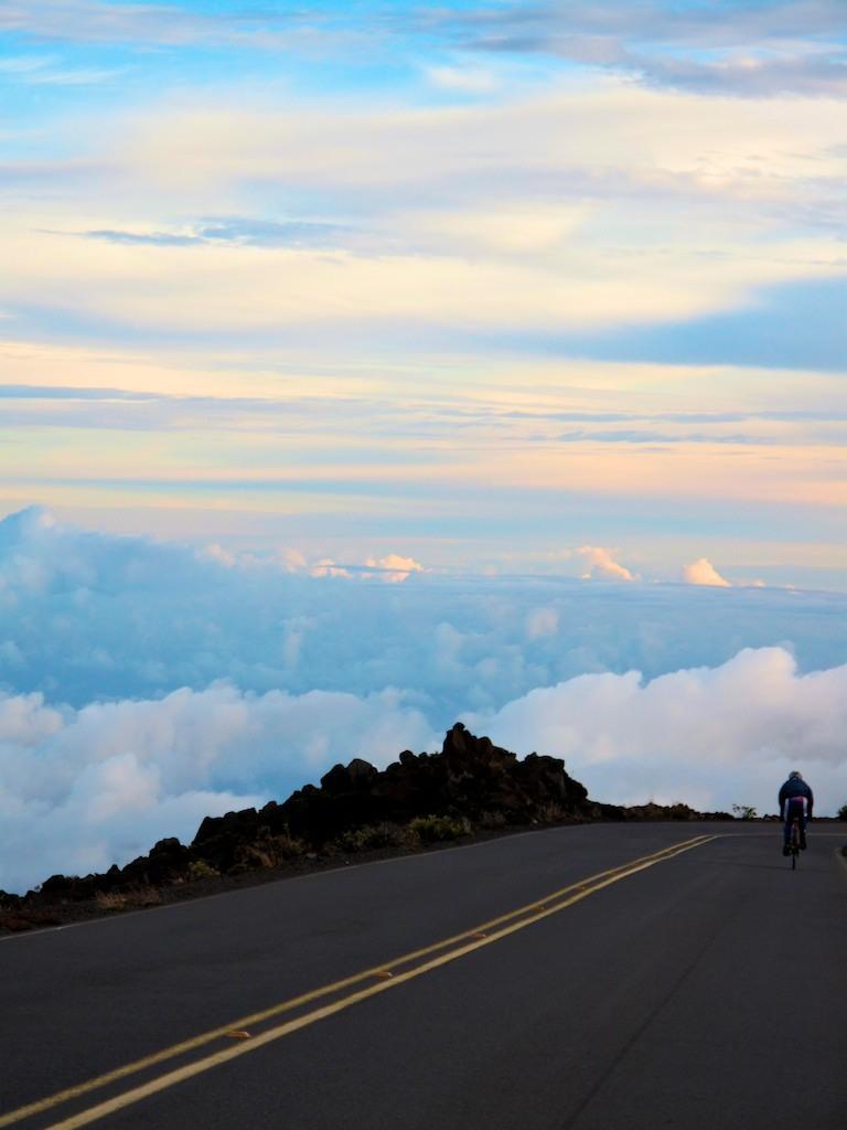 Ciclista descendo ao infinito no topo do vulcão Ha
