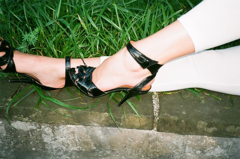 v - ankle strap dans l'herbe.jpg