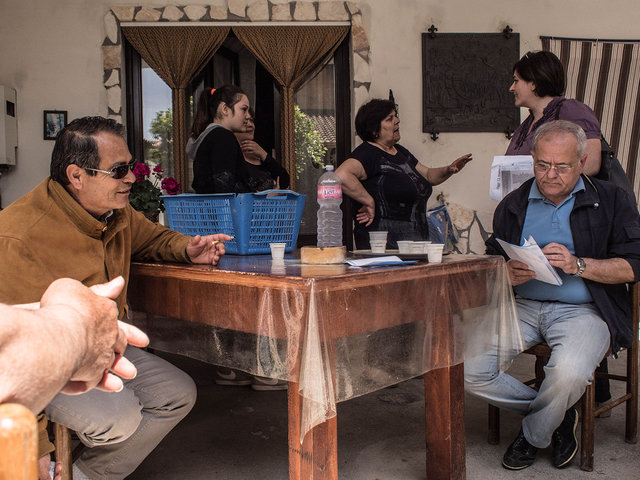 21.Renato Natale visita la casa di alcuni potenziali elettori