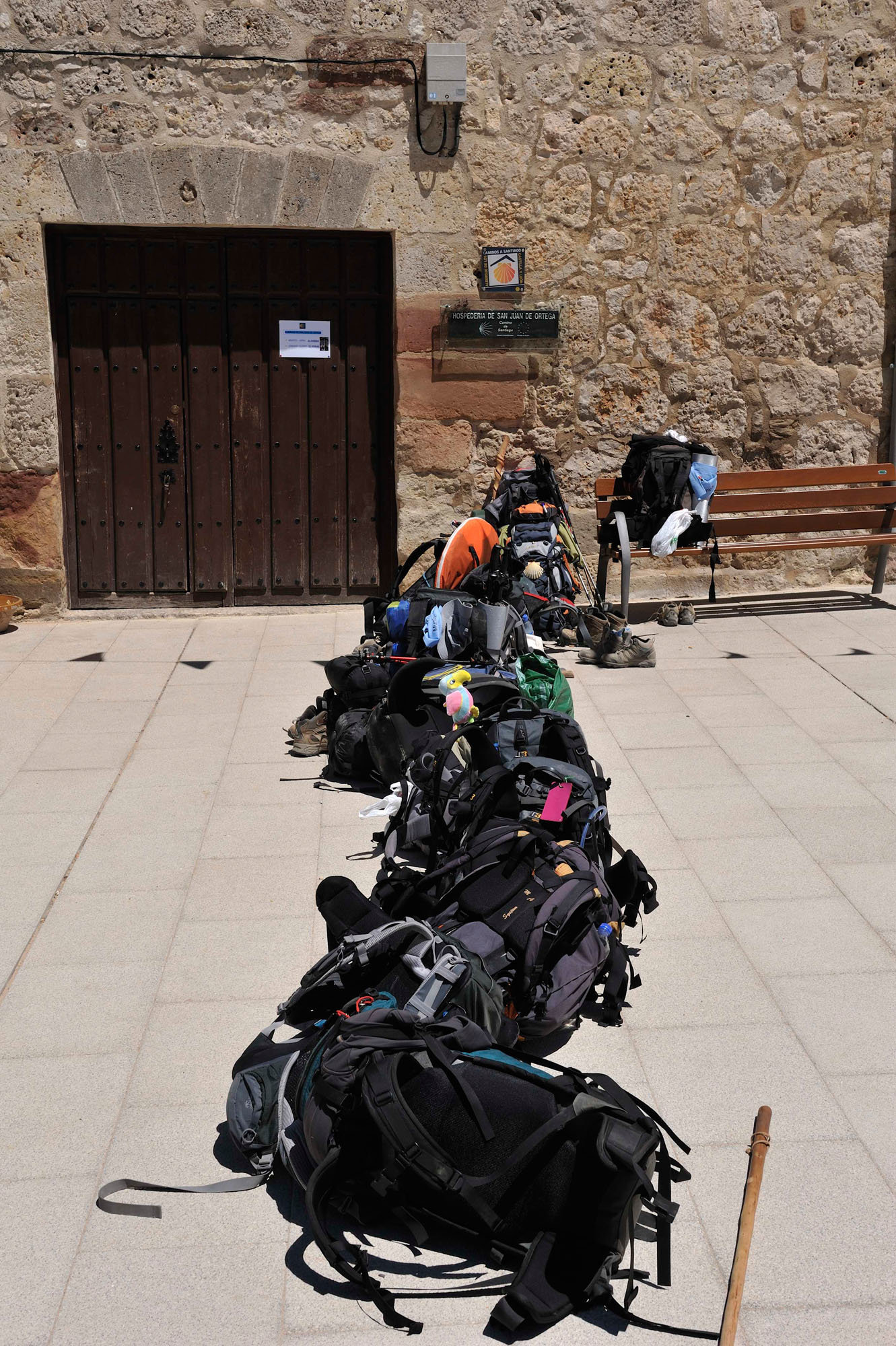 En attente de l'ouverture du gîte à San Juan de Ortega, Castille