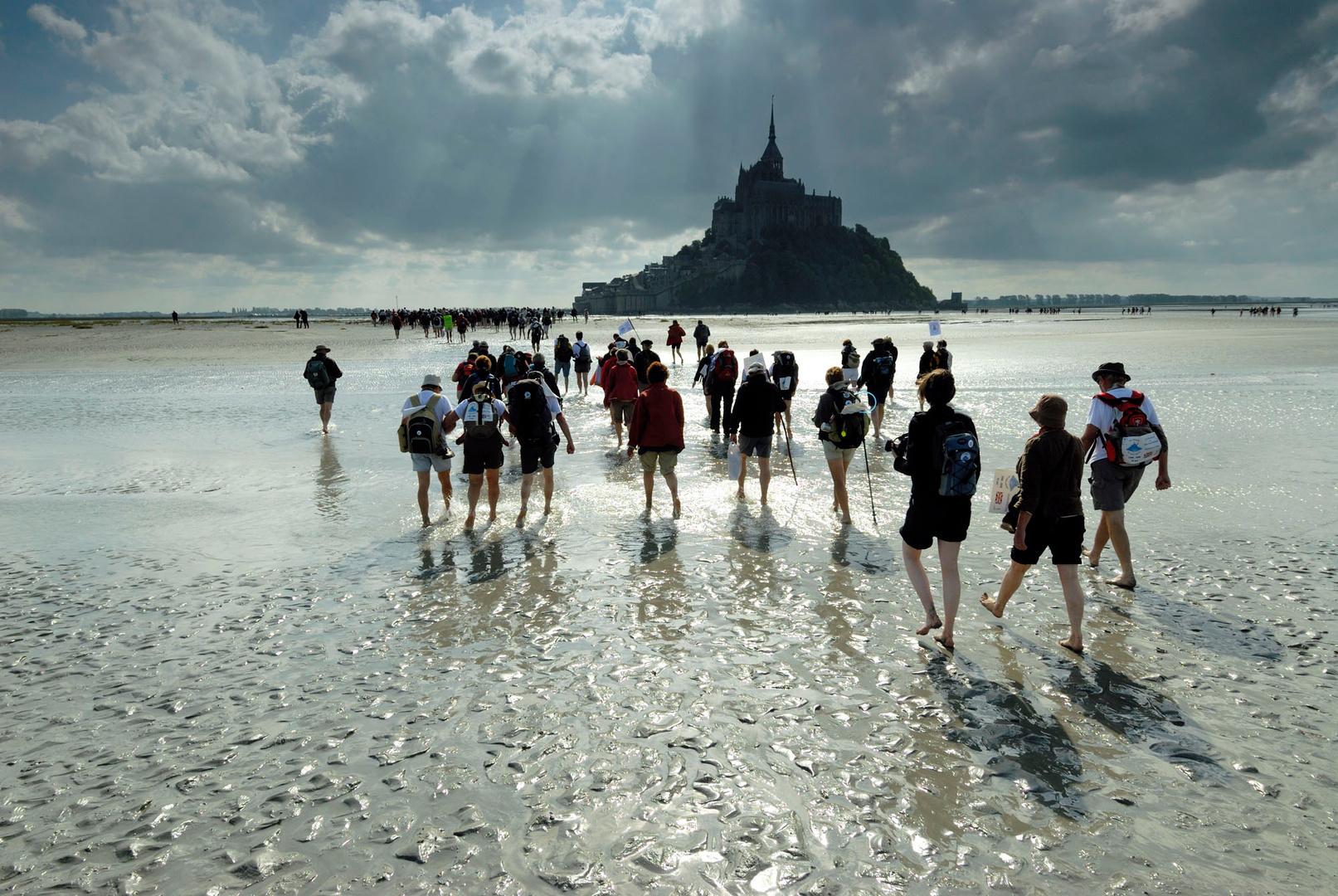 Pèlerins traversant la baie du Mont-Saint-Michel, 2008