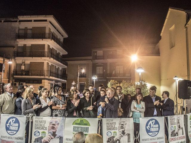 32. Renato Natale e i candidati delle liste che lo appoggiano.