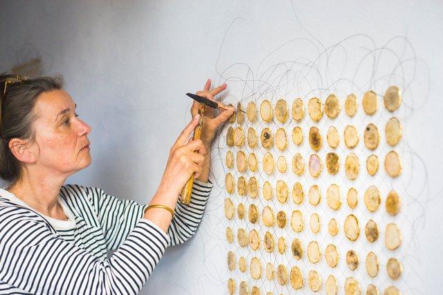 Gerda Maas working on Verborgen herinneringen I