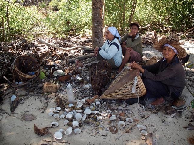 Mulheres reunidas após colherem ostras do mangue