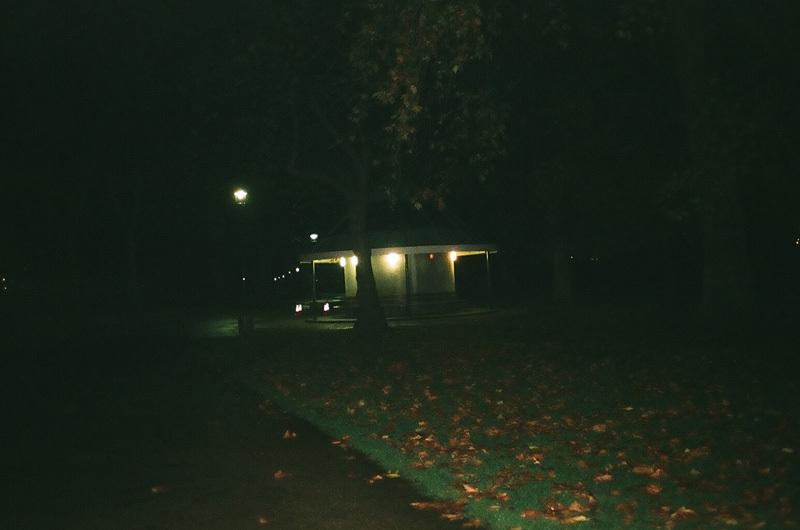 chapiteau dans le parc.jpg