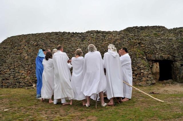 Rituel druidique sur l'île de Gavrinis, solstice d'été, Golfe du Morbihan