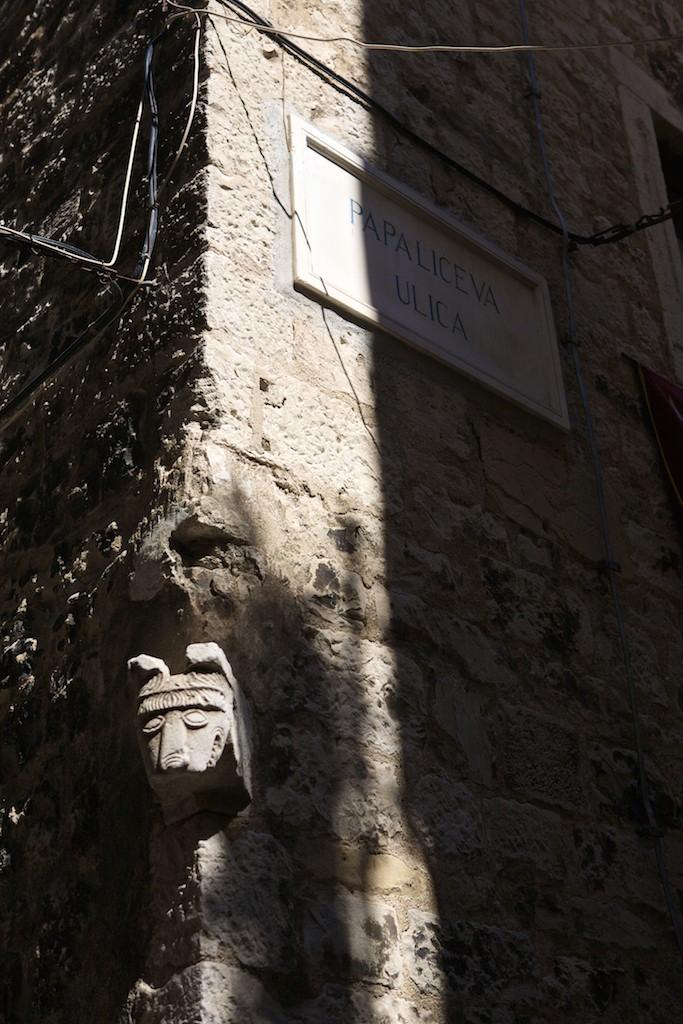 Esquina nas ruas do Palácio Diocletian