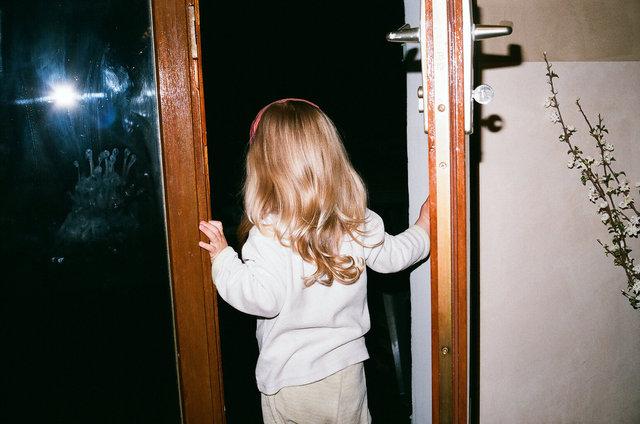 5_petites mains sur les vitres.jpg