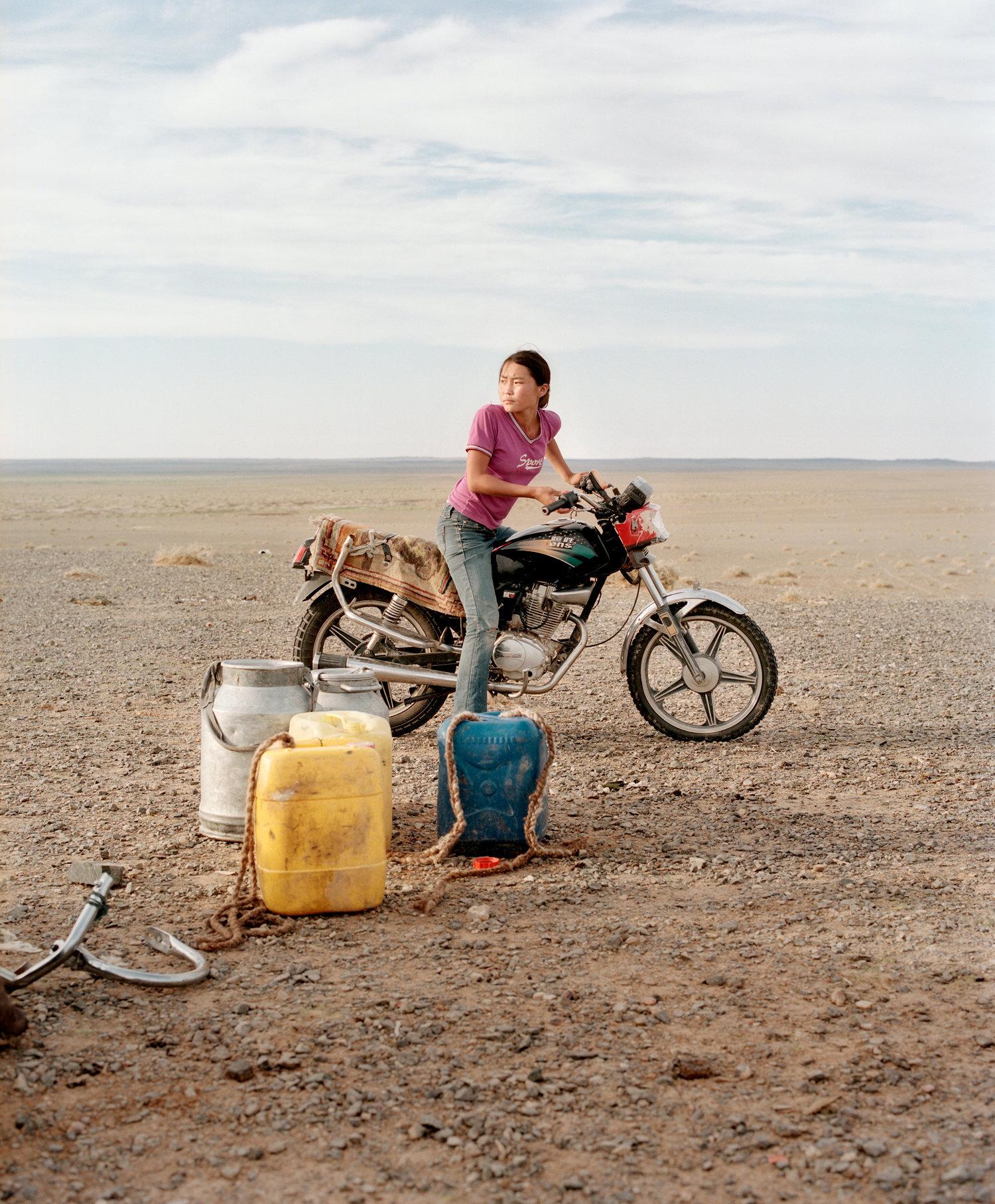 Girl in Gobi desert © Jeroen Toirkens