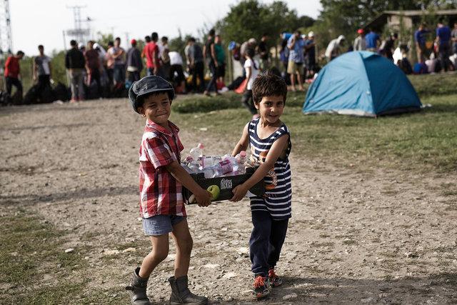 578943541CK019_Migrants_Arr.JPG