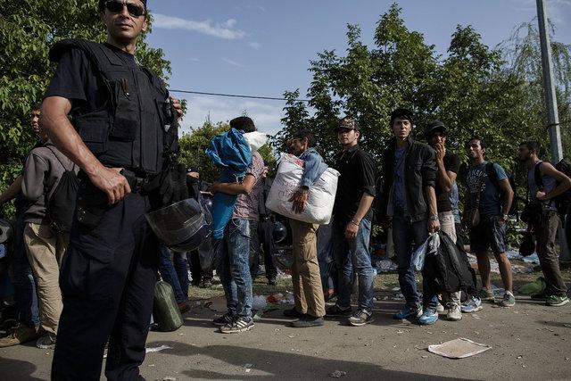 578943541CK009_Migrants_Arr.JPG