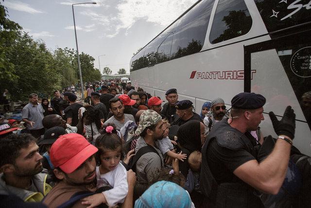 578943541CK004_Migrants_Arr.JPG