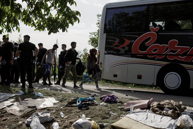 578943541CK015_Migrants_Arr.JPG