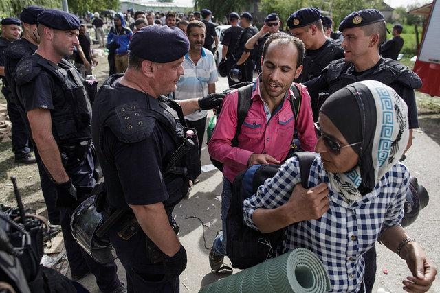 578943541CK014_Migrants_Arr.JPG