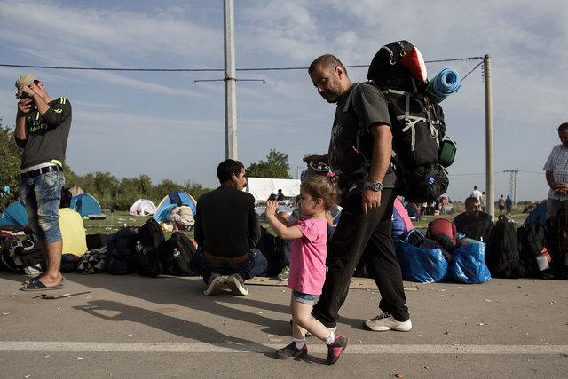 578943541CK018_Migrants_Arr.JPG