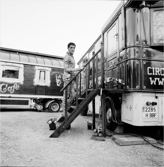 Sandro Roque posa en las escaleras de su caravana.